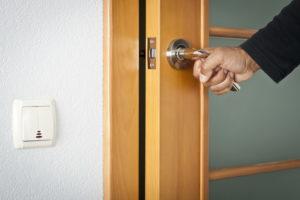 Как заменить дверной косяк